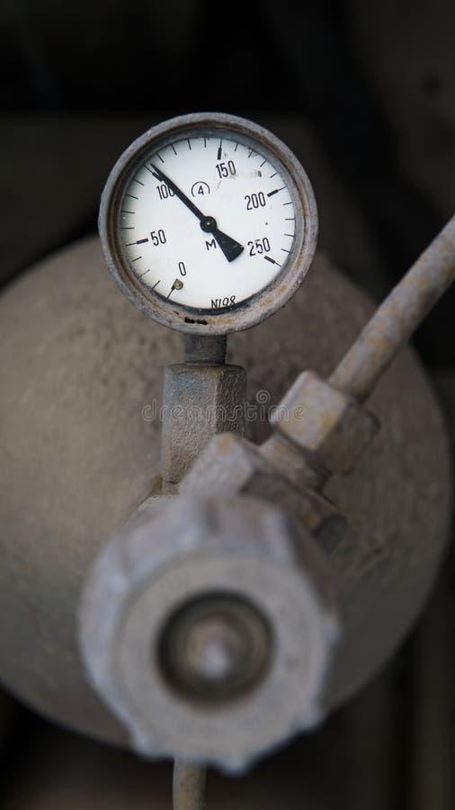 Industriële oude witte uitstekende barometer met oude vuile gasfles royalty-vrije stock afbeelding