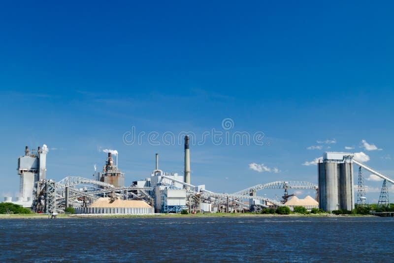 Industriële Papierfabriek op een Rivier stock fotografie