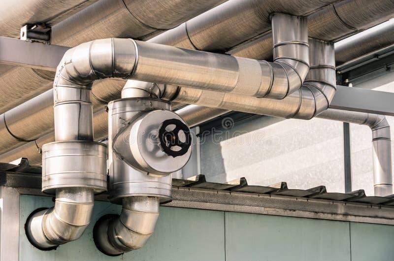 Industriële Pijpen bij Olie en Gasraffinaderij royalty-vrije stock foto