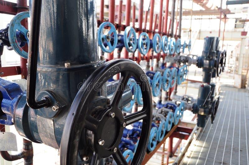 Industriële pijpen en kleppen stock fotografie