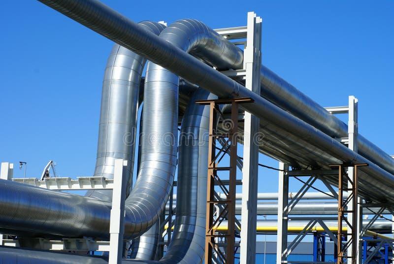 Industriële pijpleidingen tegen blauwe hemel stock foto