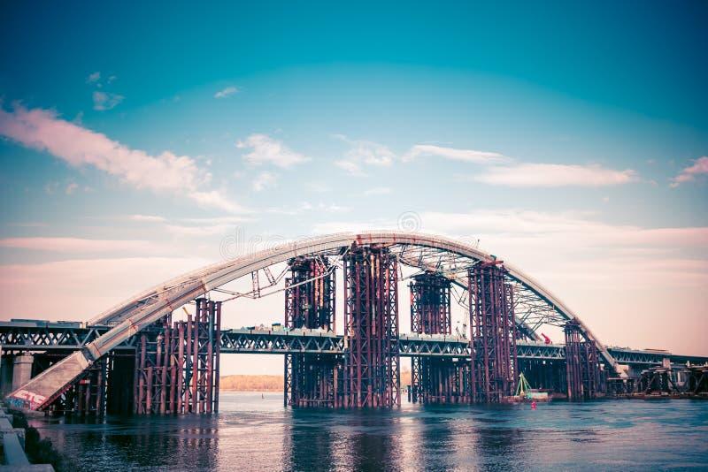 industriële rivierbrug met pijpen en materiaal stock afbeelding