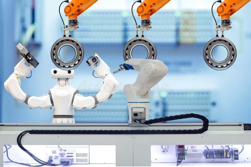 Industriële robotachtige en slimme robot die met sferisch rollager werken via het grijpen van werkstuk royalty-vrije stock foto's