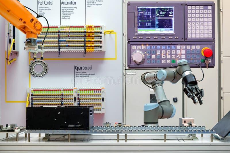 Industriële roboticaautomatisering die via transportband aan slimme fabriek werken, stock foto