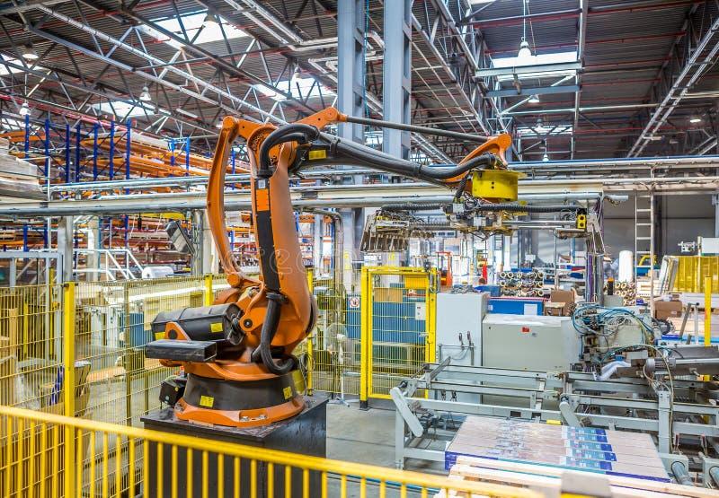 Industriële robotverpakker in de workshopproductie stock foto's