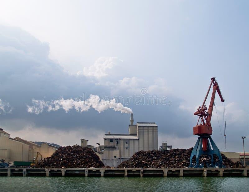 Industriële rokende schoorsteen stock foto's