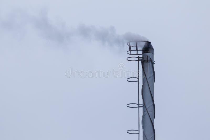 Industriële rokende schoorsteen stock foto