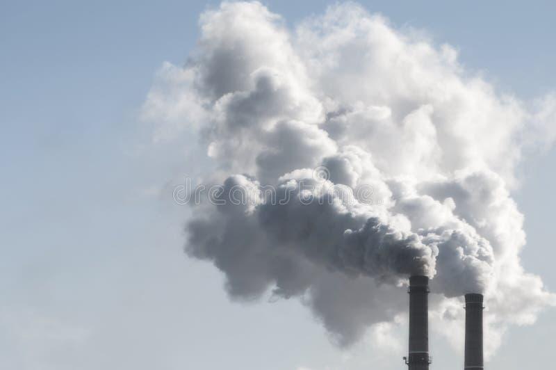 Industriële rook van schoorsteen op hemel royalty-vrije stock afbeeldingen