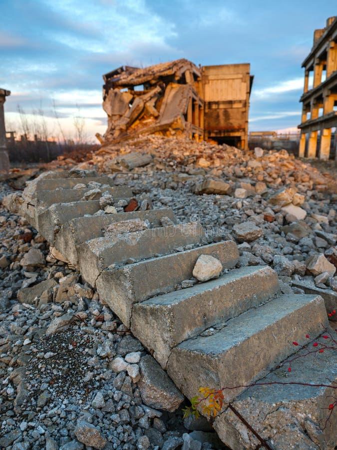 Industriële ruïnes bij zonsondergang stock afbeeldingen
