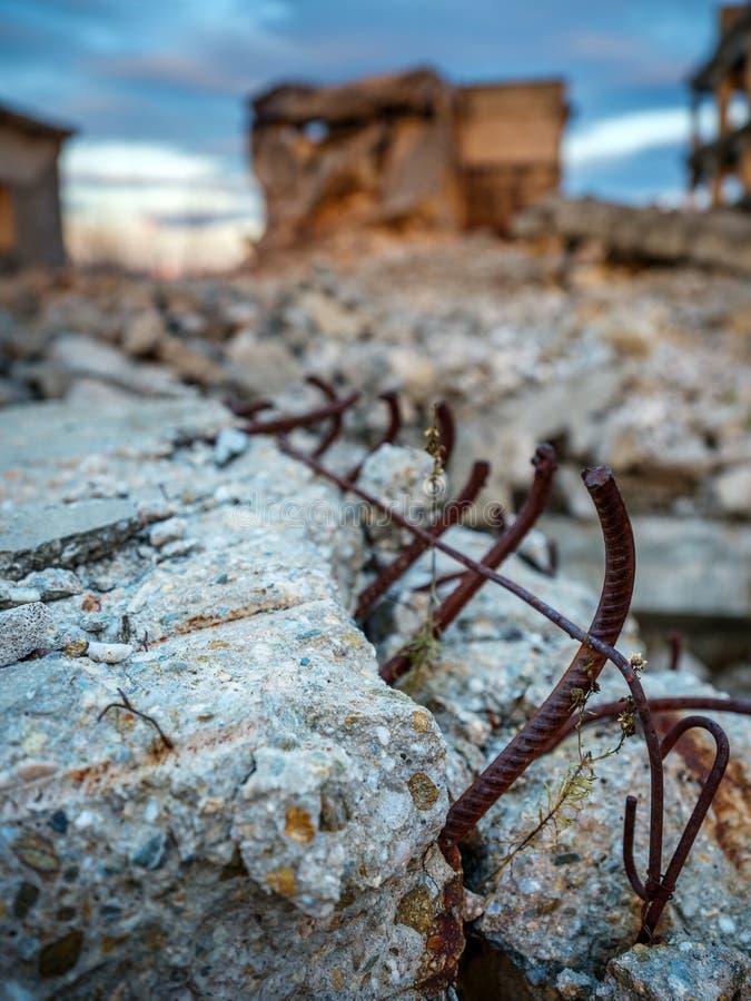 Industriële ruïnes bij zonsondergang stock foto's