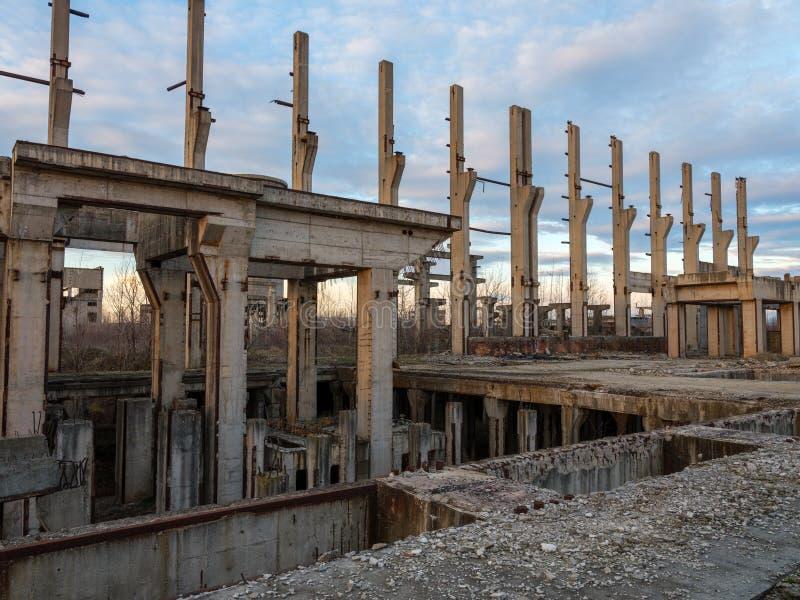 Industriële ruïnes bij zonsondergang royalty-vrije stock fotografie