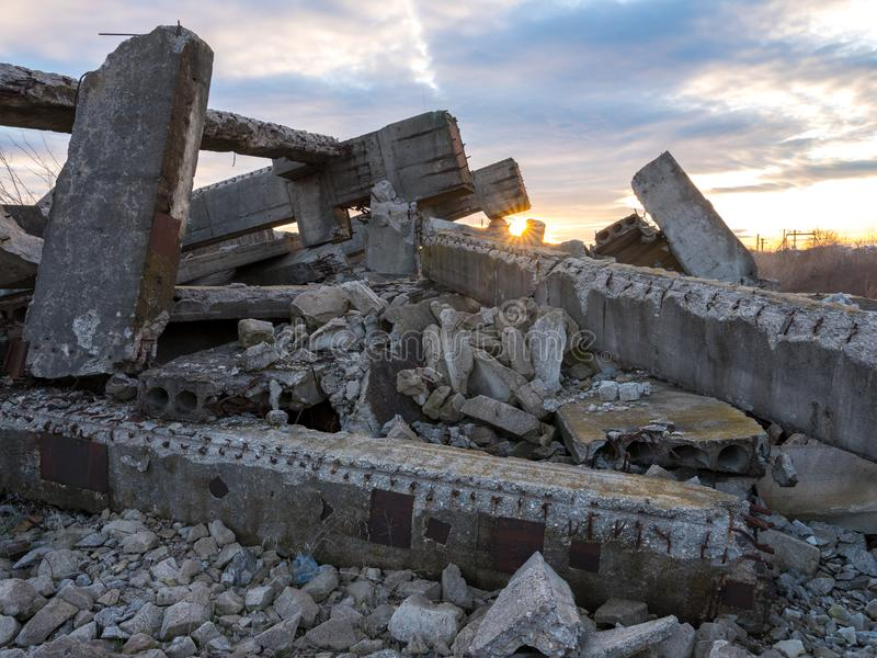Industriële ruïnes bij zonsondergang royalty-vrije stock foto's