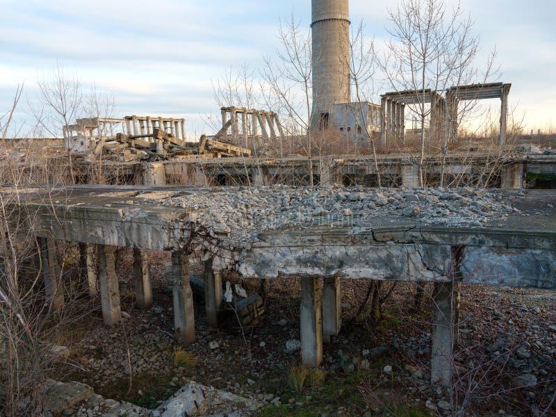 Industriële ruïnes bij zonsondergang stock foto