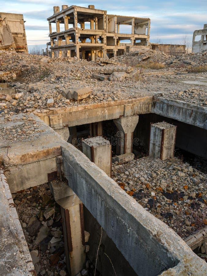 Industriële ruïnes bij zonsondergang royalty-vrije stock afbeeldingen