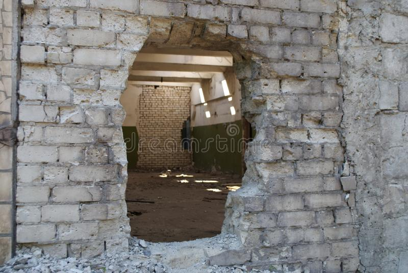 Industriële ruïnes die detailsбhole in de bakstenen muur bouwen stock foto's
