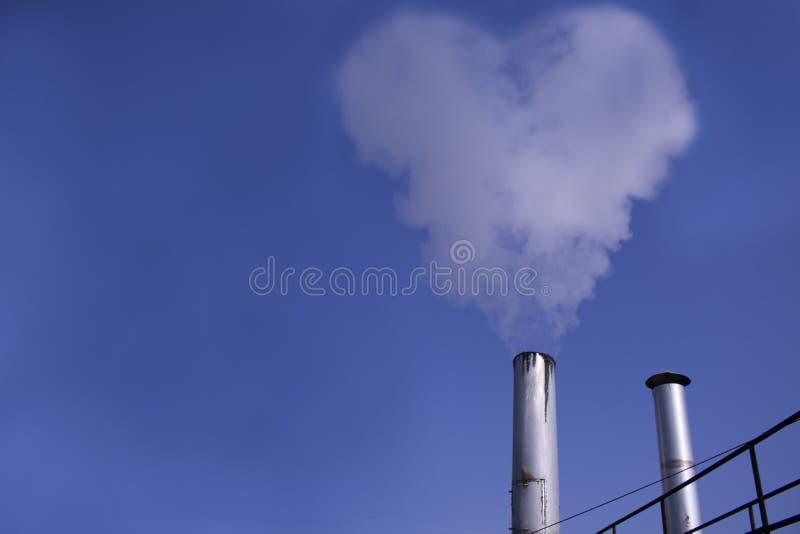 Industriële schoorsteen met uitlaatgassen stock foto's