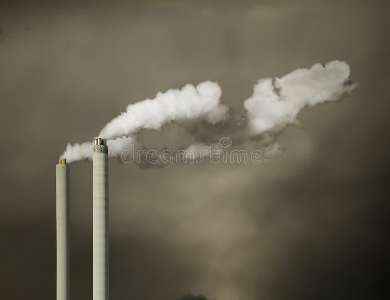 Industriële schoorsteen met witte damp royalty-vrije stock afbeelding