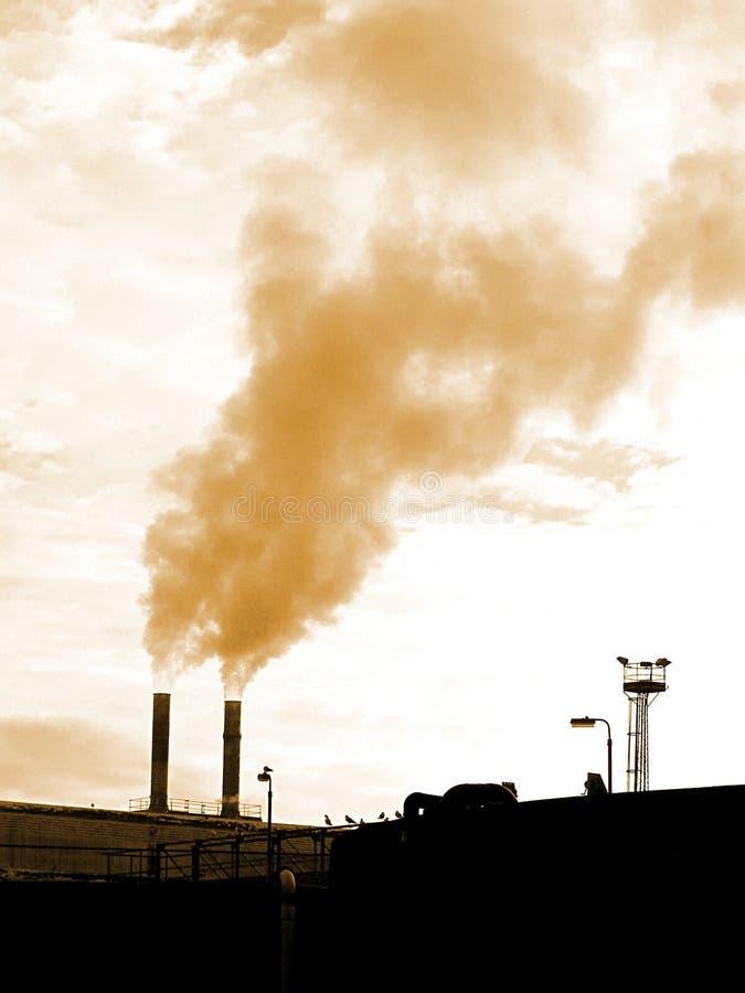 Download Industriële Schoorstenen stock foto. Afbeelding bestaande uit rook - 48412