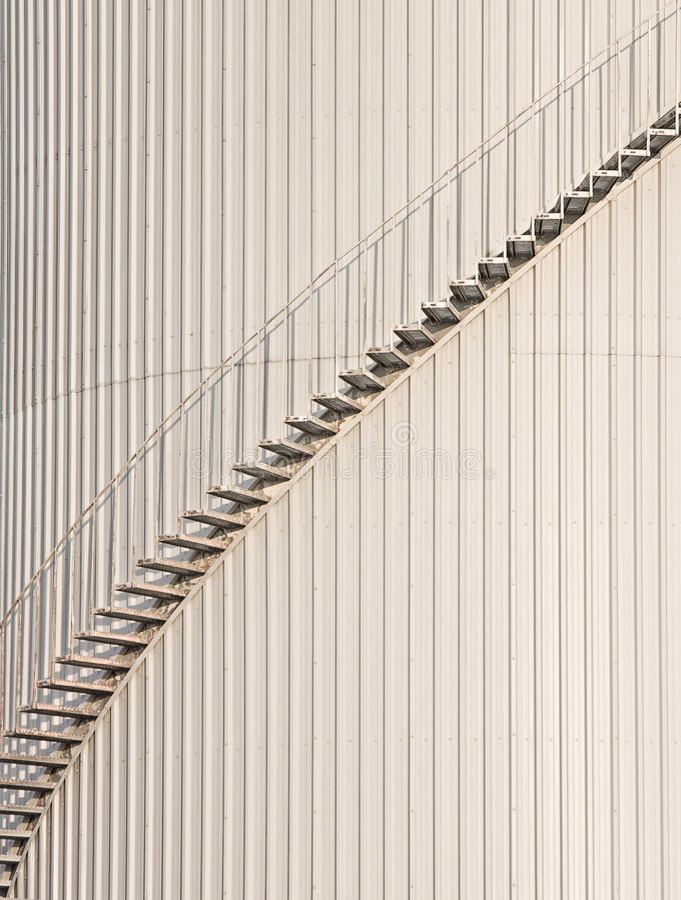 Industriële trap op een muur royalty-vrije stock fotografie