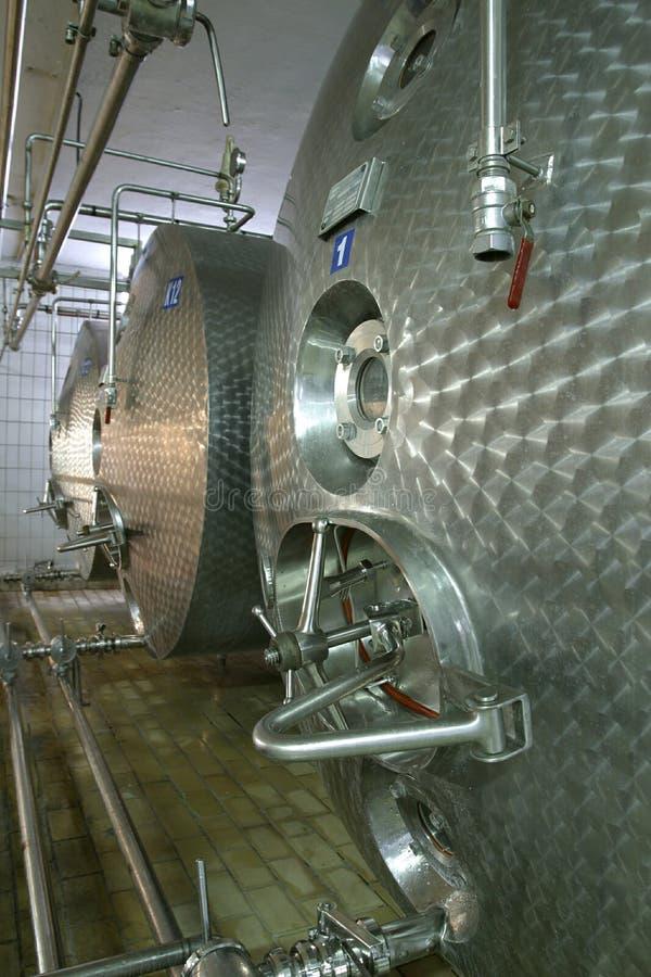 Industriële vloeibare opslagtanks en pijpen stock foto's