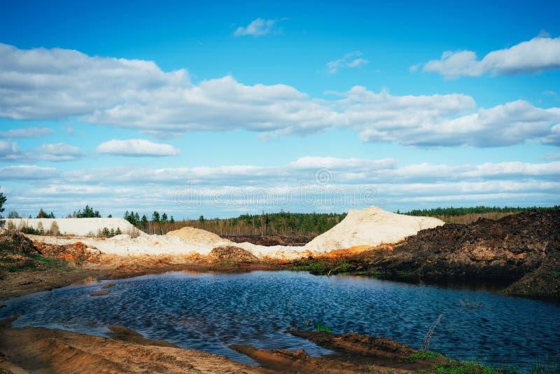 Industriële zandsteengroeve met kunstmatig reservoir Zandkuil Bouwnijverheid stock foto's