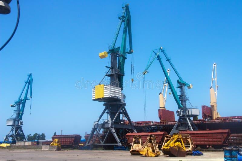 Industriële zeehaven met ladingskranen royalty-vrije stock fotografie