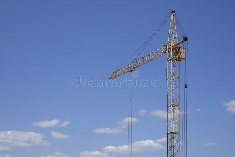 Industri?le bouw de bouwkraan tegen blauwe bewolkte hemel royalty-vrije stock foto's