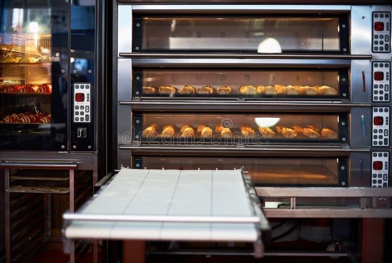 Industri?le convectieoven met gekookte bakkerijproducten voor catering Professioneel keukenmateriaal stock afbeeldingen