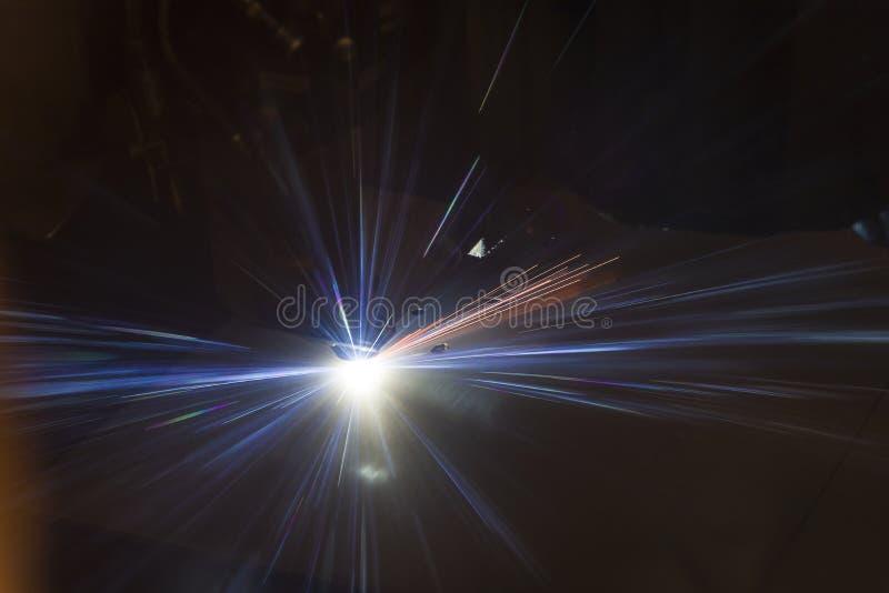 Industri?le de vervaardigingstechnologie van de laser scherpe verwerking van het staalmateriaal van het vlak bladmetaal met vonke stock afbeeldingen