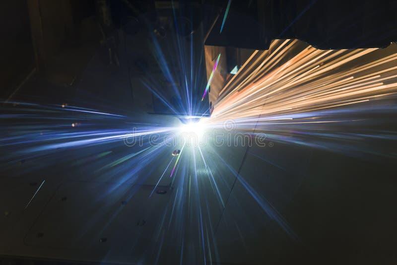 Industri?le de vervaardigingstechnologie van de laser scherpe verwerking van het staalmateriaal van het vlak bladmetaal met vonke stock foto's