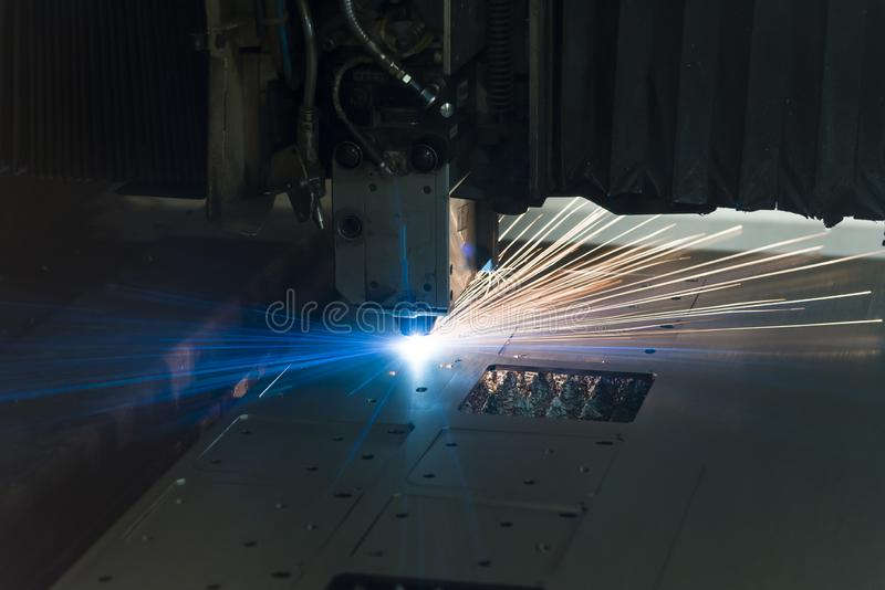 Industri?le de vervaardigingstechnologie van de laser scherpe verwerking van het staalmateriaal van het vlak bladmetaal met vonke stock afbeelding