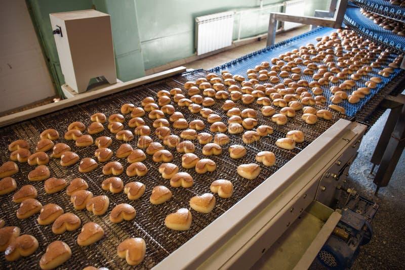 Industria alimentaria Cadena de producción o banda transportadora con las galletas en la fábrica o la panadería, preparación auto fotos de archivo libres de regalías