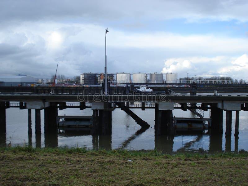 Industria con el puente y el río imagen de archivo