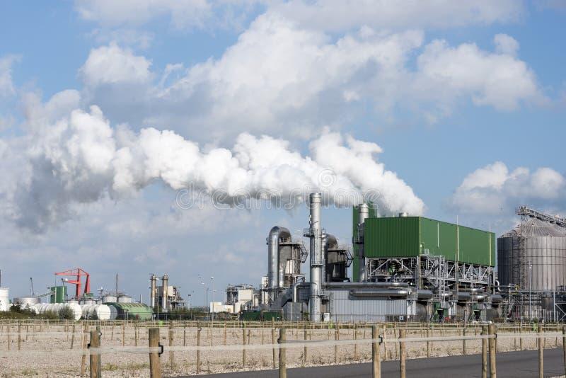 Industria con i tubi delle navi di inquinamento ed altre attrezzature fotografie stock libere da diritti