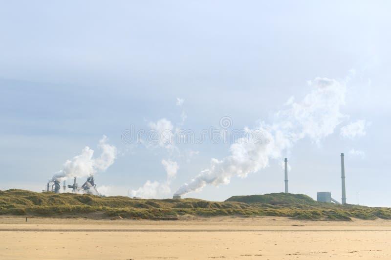 Industria de acero en la costa fotografía de archivo