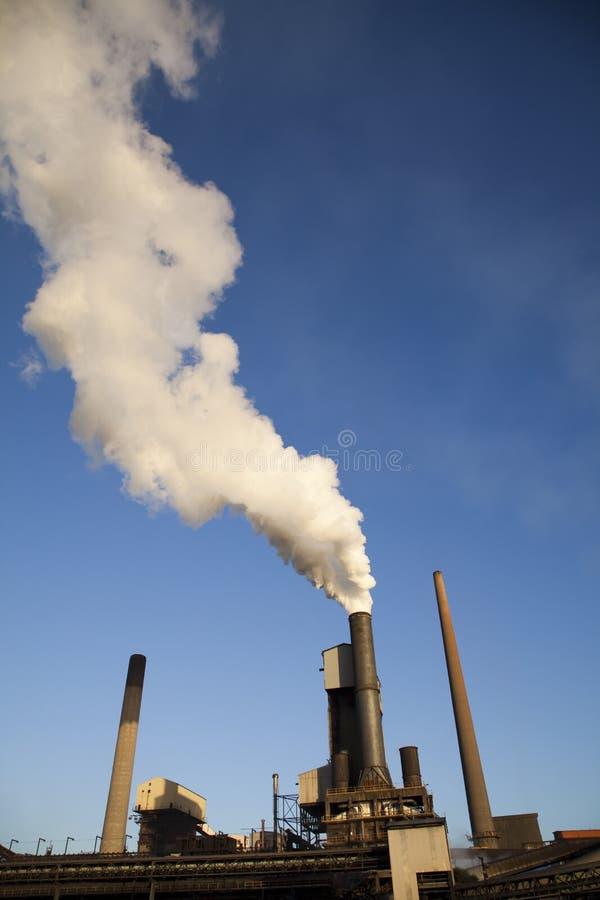 Industria de acero - humo que se levanta de molino fotos de archivo