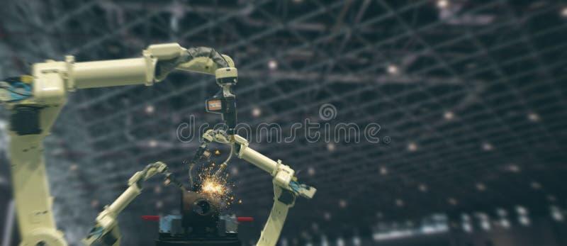 Industria 4 de Iot 0 conceptos de la tecnología Fábrica elegante usando tender los brazos robóticos de la automatización con la p imágenes de archivo libres de regalías