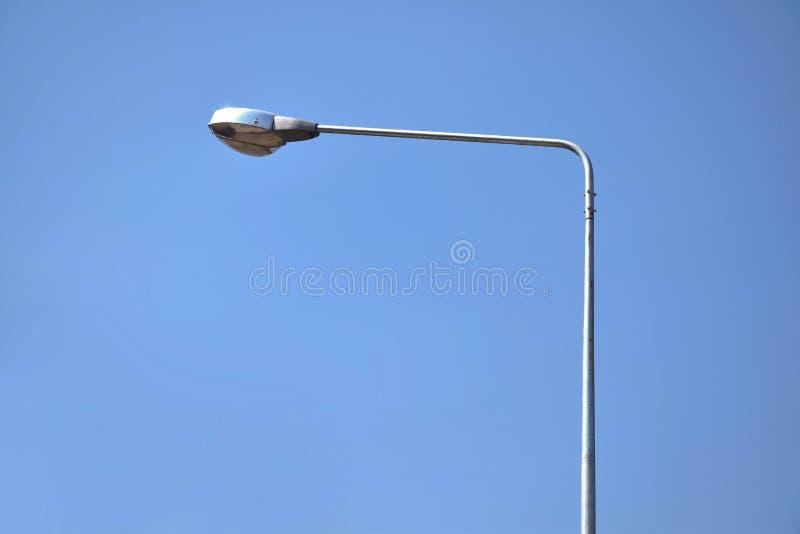 Industria de la electricidad de los posts de la lámpara de calle con el fondo del cielo azul fotos de archivo