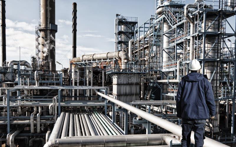 Industria de la refinería del trabajador del aceite y de petróleo foto de archivo libre de regalías