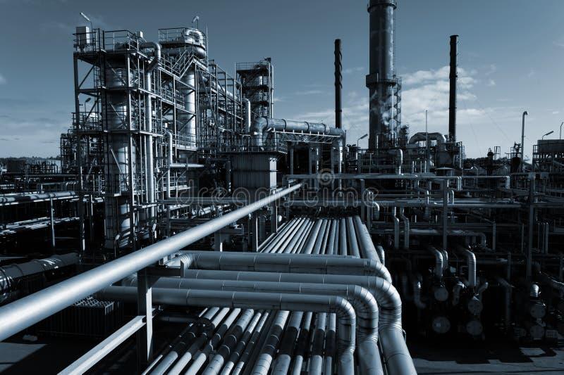 Industria de petróleo en la noche imagenes de archivo