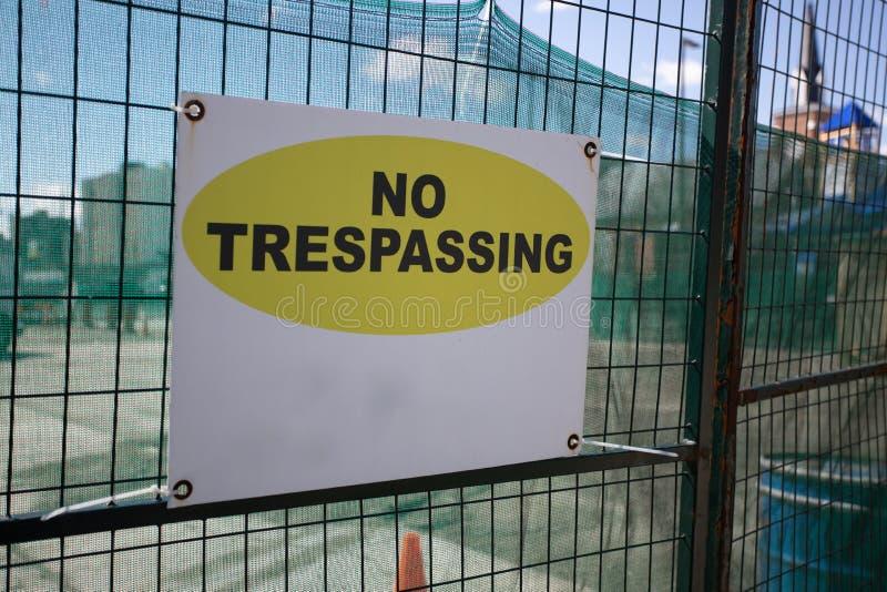 Industria debajo de la cerca cercada Sign No Trespassing del área del emplazamiento de la obra foto de archivo libre de regalías