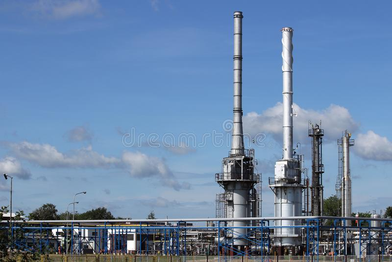 Industria dei camini e della conduttura della centrale petrolchimica della raffineria immagine stock libera da diritti