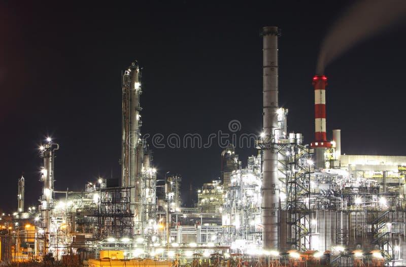 Industria del gas e del petrolio - raffineria a penombra - fabbrica immagine stock