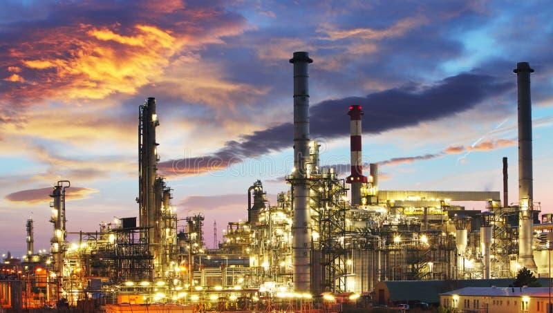 Industria del gas e del petrolio - raffineria a penombra - fabbrica fotografie stock