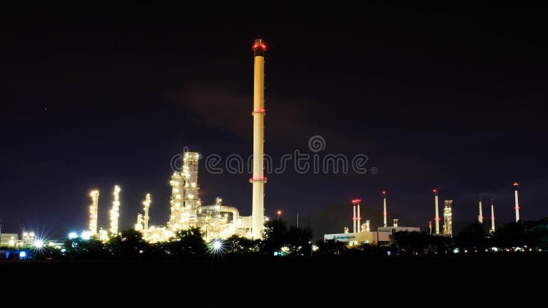 Industria del gas e del petrolio - raffineria a penombra - fabbrica - petroche fotografia stock