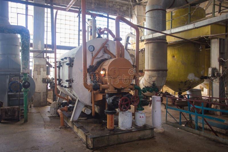 Industria del tema y proceso de cosechas agrícolas Equipo y maquinaria dentro de la fábrica vieja del azúcar de épocas soviéticas fotos de archivo
