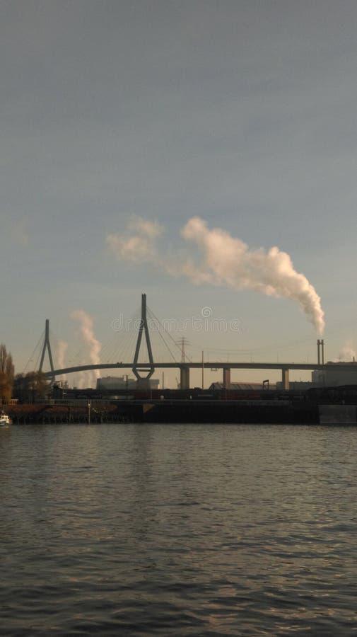 Industria delante del cielo azul imagen de archivo