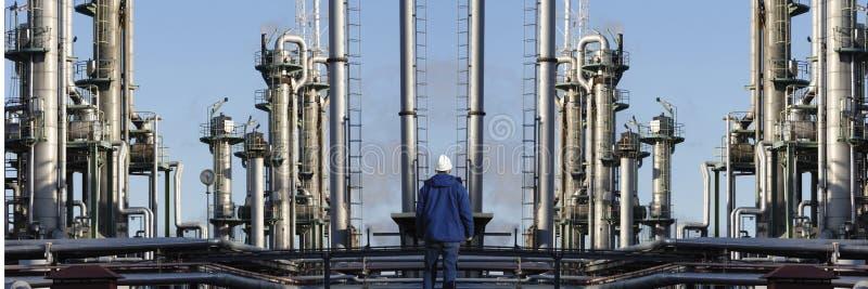 Industria della raffineria di petrolio del lavoratore dell'olio e fotografia stock libera da diritti