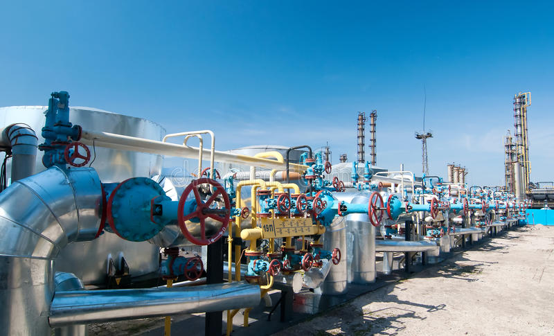 Industria di gas. valvole a gas di riga fotografia stock libera da diritti