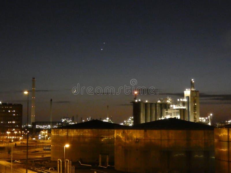Industria e cisterne al crepuscolo fotografie stock libere da diritti
